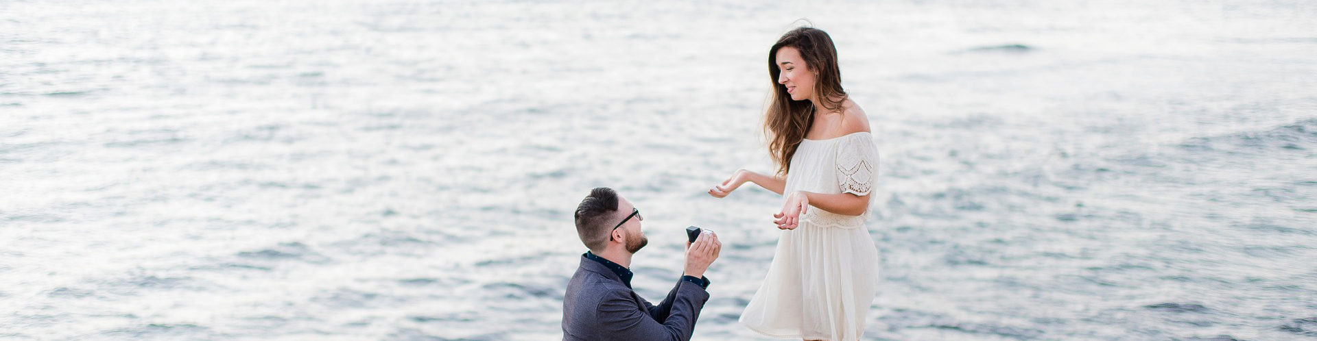 Man proposing to woman at the sea